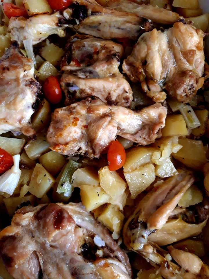 Cartofi la cuptor cu roșii cherry, usturoi verde, ceapă verde și aripioare de pui
