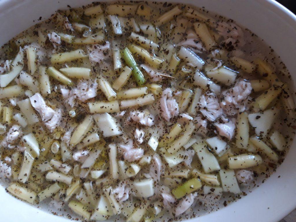 Mâncare de fasole galbenă cu pui și smântână