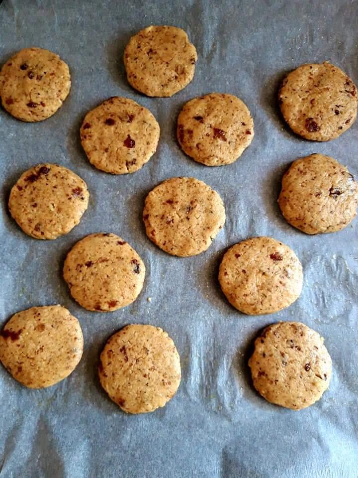 Biscuiți cu nucă și stafide, potriviți în diversificarea celui mic