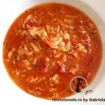 Mâncare de ardei copți cu roșii coapte și carne de pui