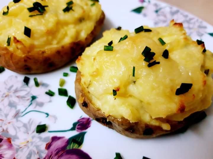 Cartofi umpluți cu cașcaval, smântână și ricotta