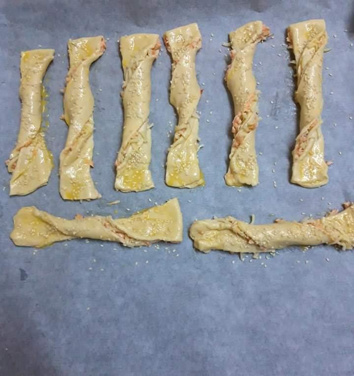 Spirale cu somon și mozzarella, puse în tavă și unse cu ou bătut