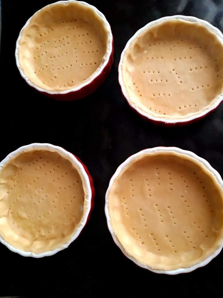 Crusta de tartă pusa în forme pentru a fi introduse în cuptor